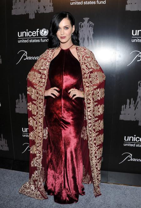 Katy Perry en la Snowflake Gala de Unicef 2013 de Naeem Khan Otoño Invierno 2013 vestido y capa burdeos