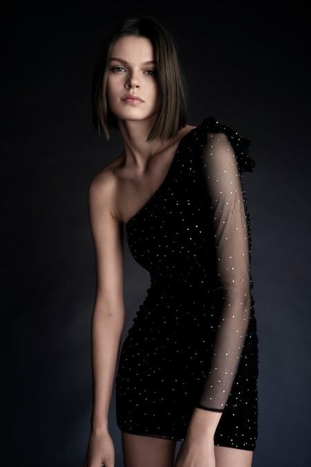 El vestido asimétrico joya de Zara que se ha agotado en un abrir y cerrar de ojos aún está disponible en estas dos tiendas de Madrid