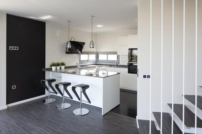 Puertas abiertas espacios amplios y luminosos y una for Cocinas diseno blancas