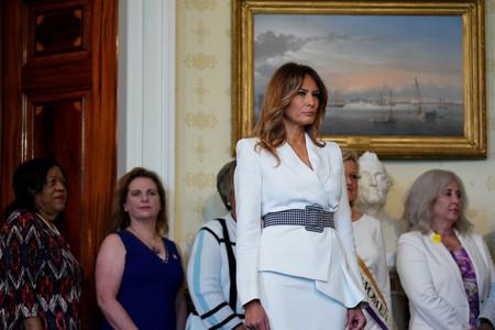 Melania Trump sabe cómo lucir un dos piezas en blanco nuclear y romper la monotonía del color con un derroche de estilo extra