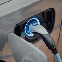 Cuándo cargar el coche eléctrico o híbrido enchufable para ahorrar con la nueva tarifa de la luz