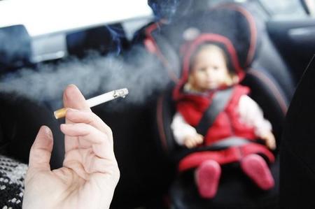 El Reino Unido prohibirá fumar en los coches que lleven niños