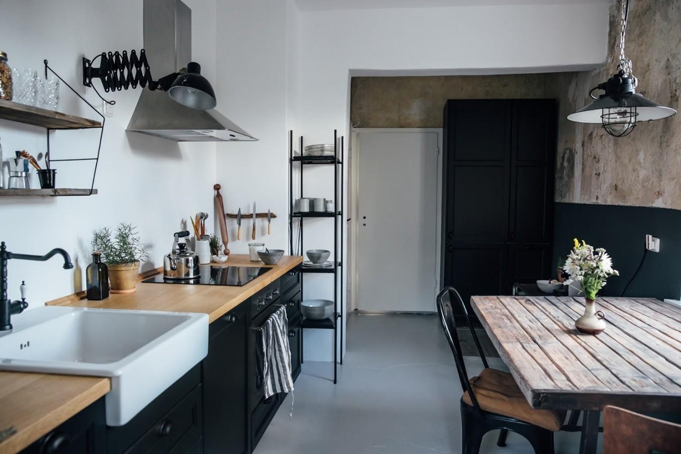 Una Cocina De Ikea Con Muebles Negros Y Encimera De Madera Para Un