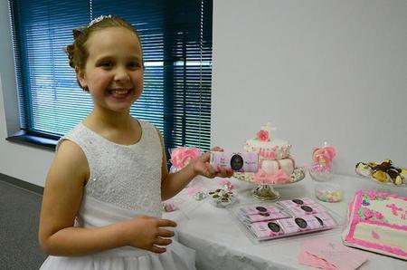 ¿Conoces a la niña que ha colaborado con los regalos de su comunión a la investigación médica?