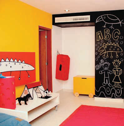Pintar una de las paredes con pintura de pizarra es una solución muy divertida.