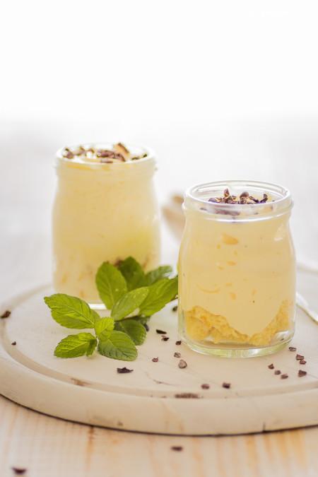 Vasitos fáciles de crema de yogur con bizcocho y chocolate. Una receta tan fácil que querrás hacerla cada día