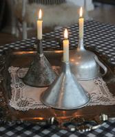 Una buena idea: utiliza embudos antiguos para hacer candelabros vintage