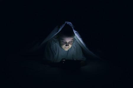 Uno de cada cuatro adolescentes ve porno antes de los 13 años: qué podemos hacer los padres