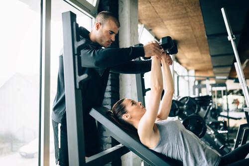 Una rutina fullbody solo con mancuernas perfecta para tu vuelta al gimnasio