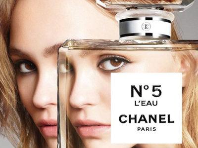 En el visual de la New N°5 L'Eau de Chanel Lily-Rose Depp se desdobla para viajar a lugares jamás imaginados