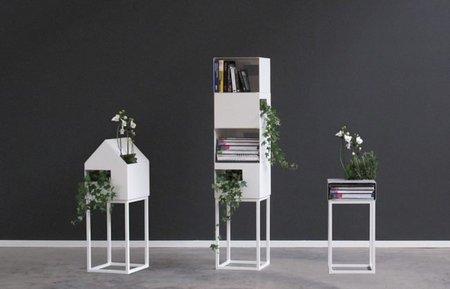 Street, estantería para libros y plantas colgantes
