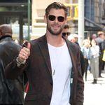 Un traje marrón también es para el verano, y Chris Hemsworth lo demuestra