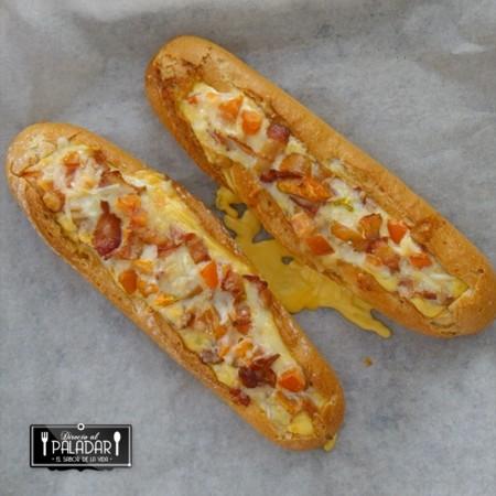 Baguette de desayuno horneada con bacon, huevo y queso