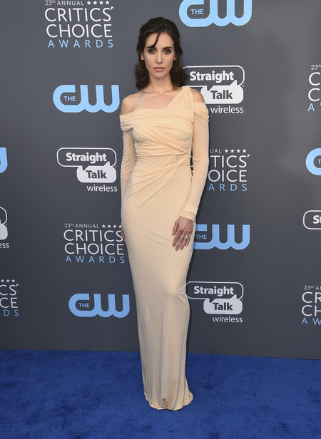 alison brie critics choice awards alfombra roja