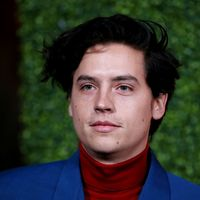 Cole Sprouse adopta un colorido giro a su look de los años setenta para los GQ Men Of The Year