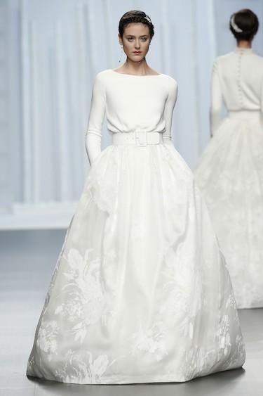 Rosa Clará quiere vestirte el día de tu boda. Y así nos lo muestra con su nueva colección 2016