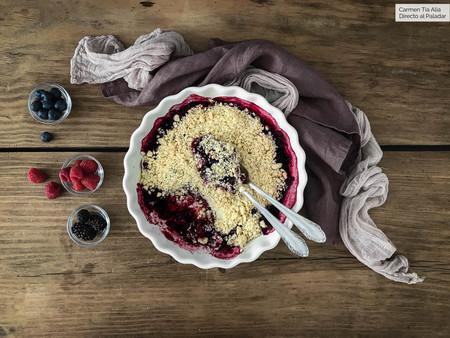 Cómo hacer crumble de frutos del bosque, el postre británico más delicioso (con vídeo receta)