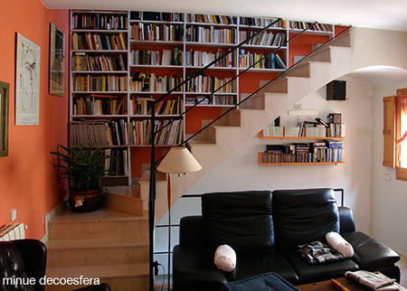 Una buena idea una librera en la escalera