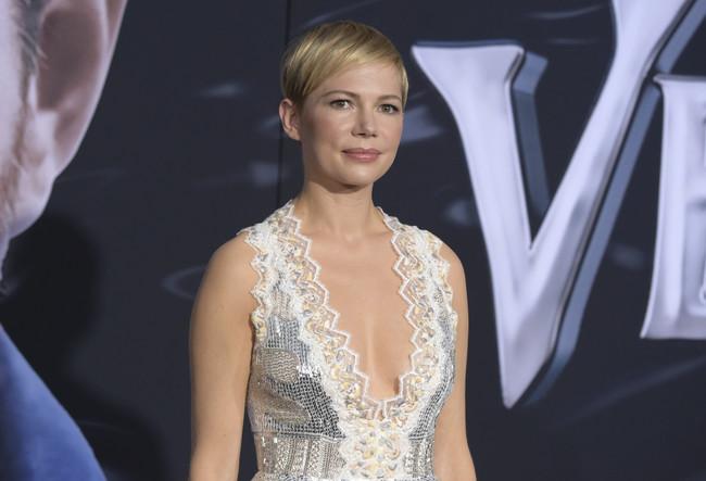 Michelle Williams da nuevo sentido a la frase 'vestirse para triunfar' en esta première de Hollywood