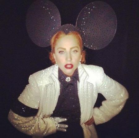 Lady Gaga se fuma un porro en pleno concierto #BobMarleyTambiénLoHaría