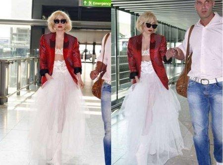 Lady Gaga de blanco en el aeropuerto de Londres ¡Vaya pintas! (y no escarmienta)