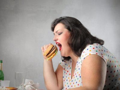 El estrés que genera tener sobrepeso conduce a comer más y aumentar de peso
