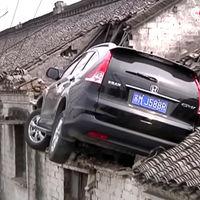 El WTF? del día es este Honda CR-V chocando contra el techo de una casa