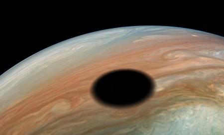 Esa espectacular mancha que le ha salido a Júpiter es en realidad el efecto de un eclipse solar