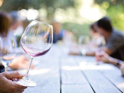 La producción global de vino en 2017 ha sido la menor desde 1957 (y tendrás que pagar más por tu copa)