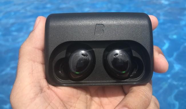 Probamos los auriculares Bragi The Dash resistentes al agua: una banda sonora para tus largos en la piscina