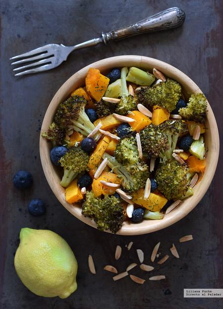 Calabaza asada con brócoli crujiente, arándanos y almendras. Receta vegana ligera y versátil