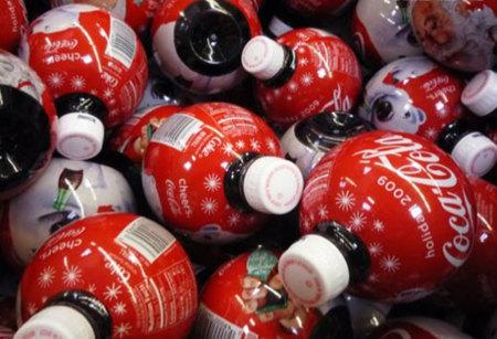 Envase de Coca-Cola en forma de bolas de Navidad