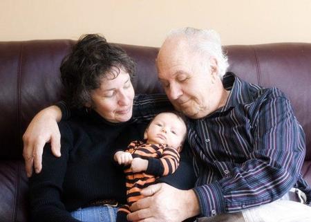 Las familias con pocos recursos dependen más de los abuelos