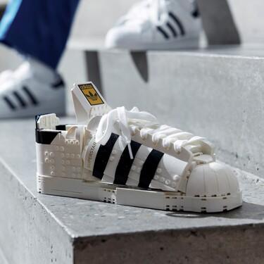 Estas adidas Originals Superstar no son para vestir los pies, están hechas de piezas de LEGO y sirven para decorar la habitación