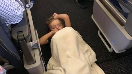 Un niño con autismo sufre una crisis en pleno vuelo y todos le apoyan: un bonito ejemplo que todos deberíamos seguir