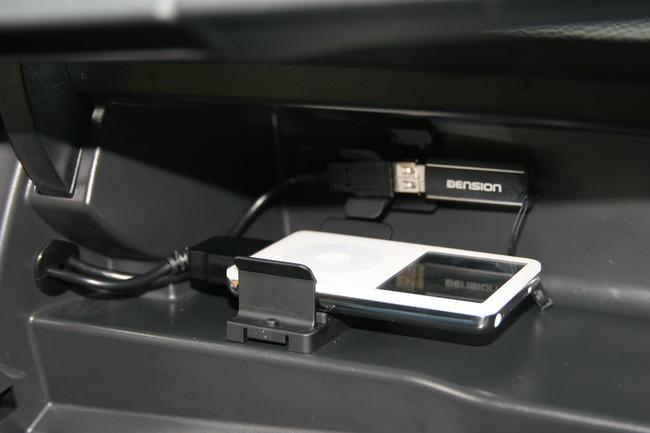 iPod y toma USB en el coche con radio de serie