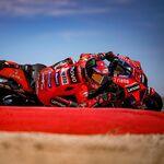 Pecco Bagnaia resiste los ataques de Marc Márquez para ganar su primera carrera de MotoGP en MotorLand