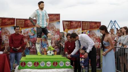 Con este pastel de 2 metros los aficionados en Rusia han celebrado los 31 años de Messi