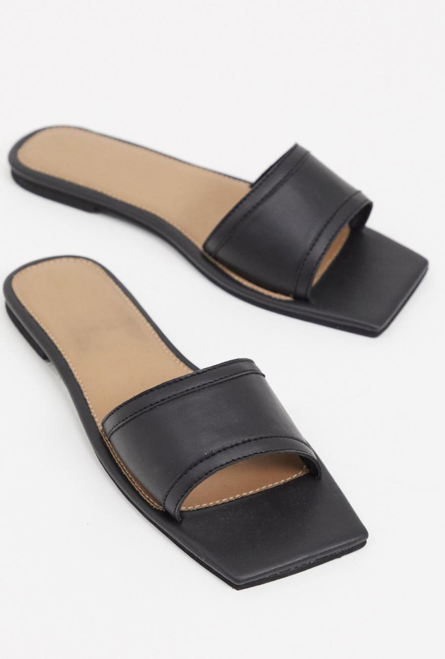 Sandalias planas con puntera cuadrada en negro de Missguided