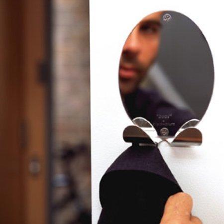 Un pequeño espejo con colgador incorporado