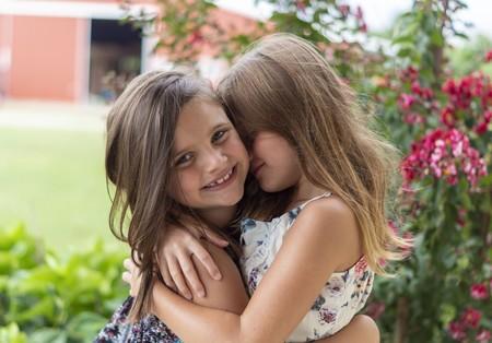 niñas abrazadas