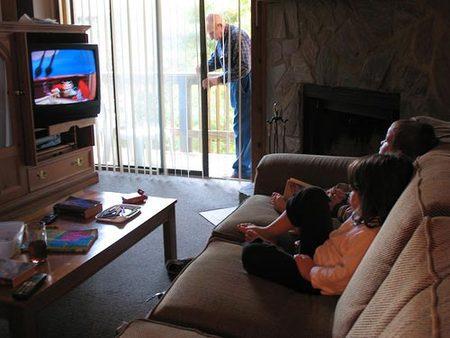Niños viendo televisión.