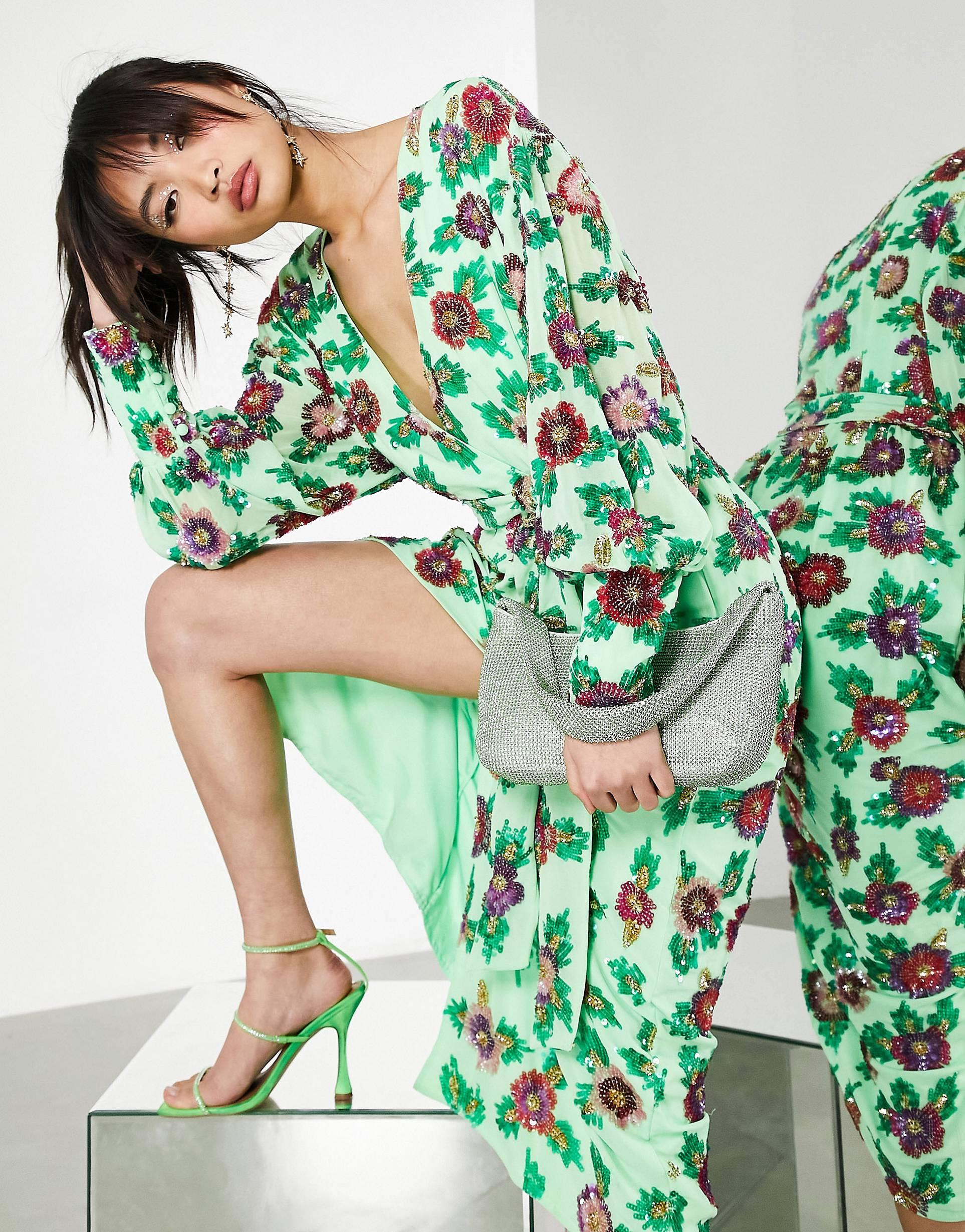 Vestido midi cruzado con estampado floral de lentejuelas.