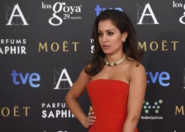 Hiba Abouk estilosamente sexy en los Premios Goya 2015 con un vestido rojo de Nicolás Vaudelet