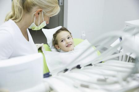 Niña y dentista