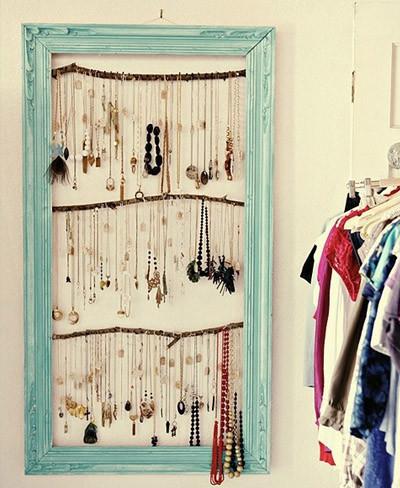 Hazlo tú mismo: un marco y unas ramas para colgar tus collares y decorar cualquier pared