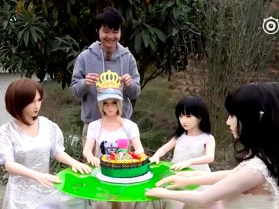 Esta peculiar familia está conformada por padre, hijo y siete muñecas sexuales