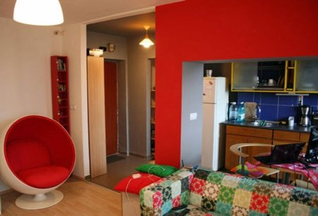 Puertas abiertas: un apartamento pequeño que se atreve con el rojo