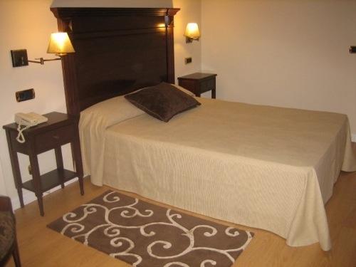 Una buena idea iluminar con apliques sobre las mesillas - Apliques pared dormitorio ...