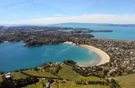 La isla Waiheke, en Nueva Zelanda, quiere que en 2030 solo rueden coches eléctricos por su idílicas carreteras
